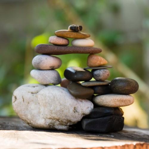 Kunstwerk kleine stenen gestapeld