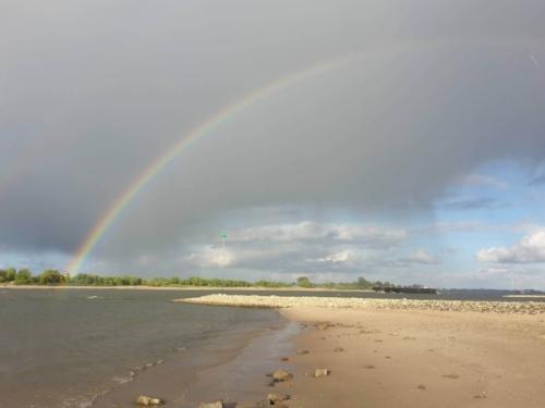 Regenboog waalstrand uiterwaarden Beuningen